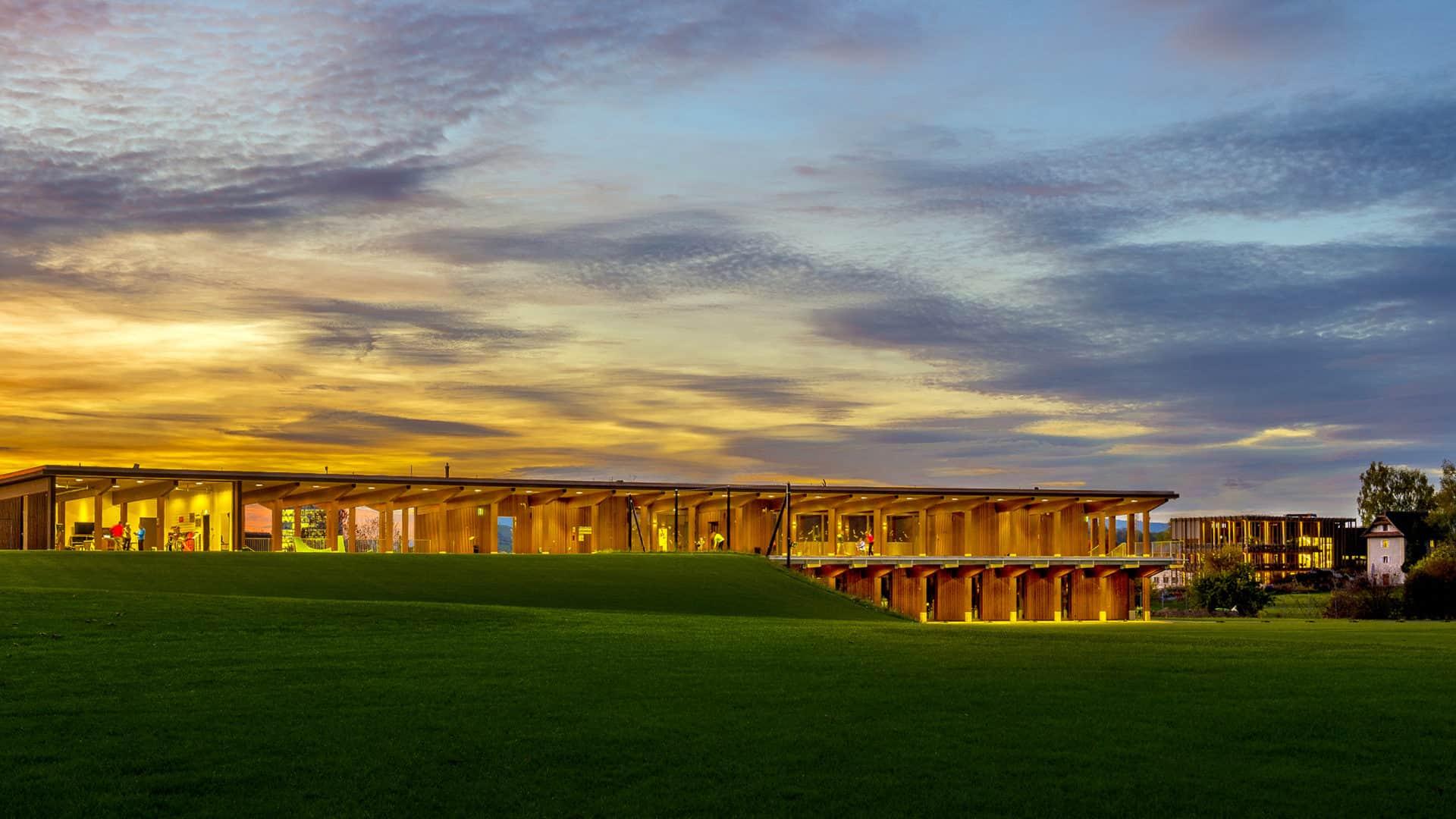 Golfarena mit Driving Range im Golfpark Holzhäusern. Location für Teamevents, die Sport und Genuss verbinden.